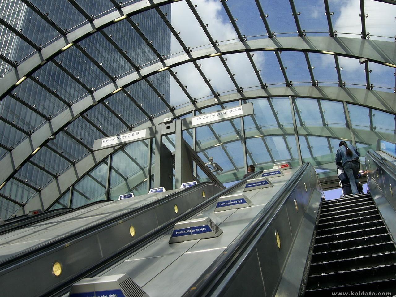 Излизайки от метростанция 'Canary Wharf'