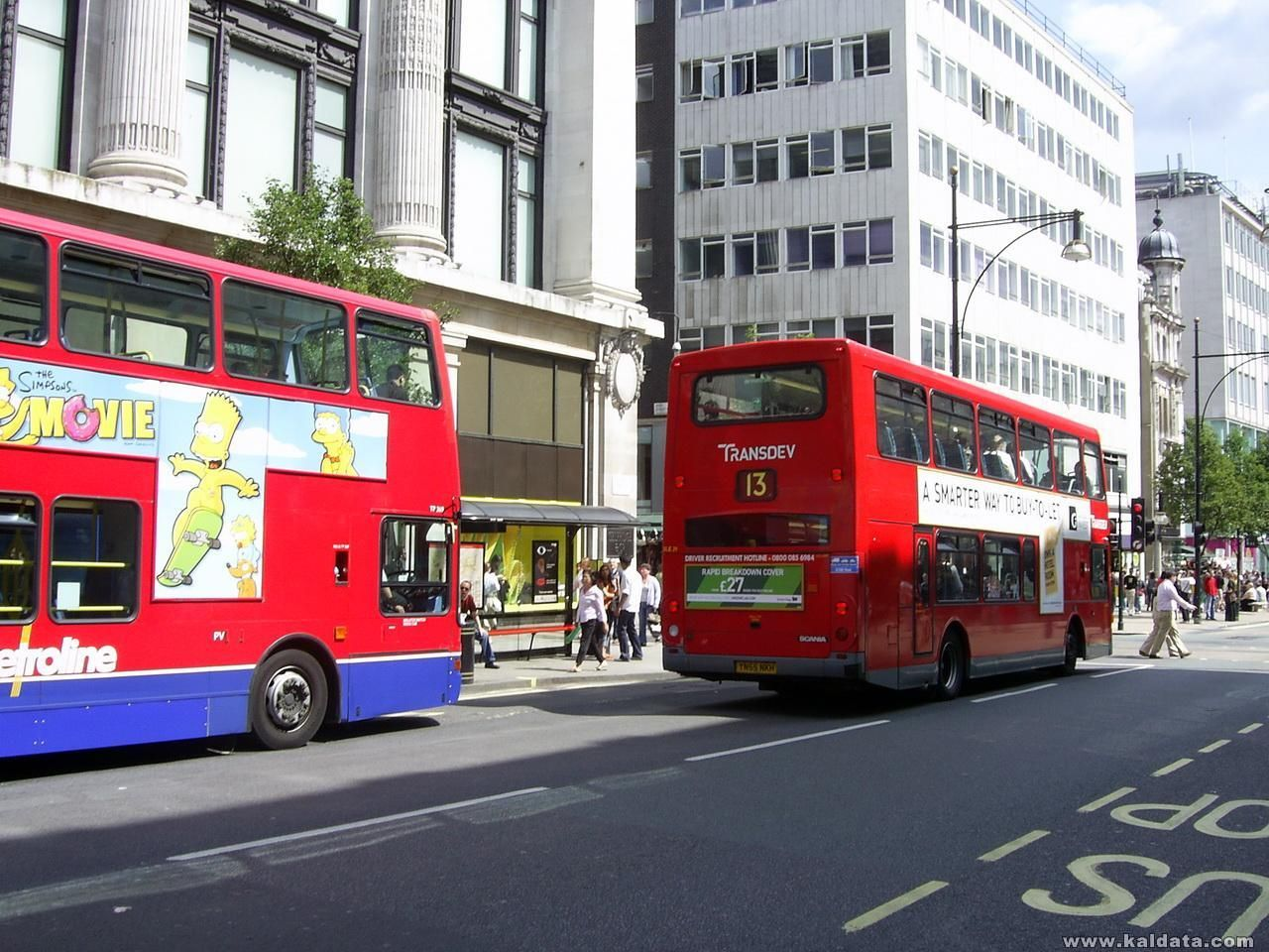 Червените автобуси по Oxford Street
