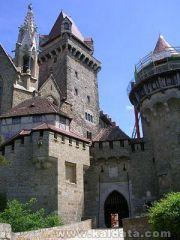 300px-Burg_Kreuzenstein_-_Haupttor[1].jpg