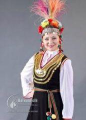 Българска девойка в народна носия