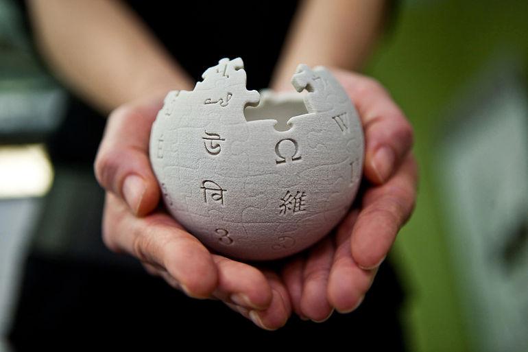Уикипедия е добре известна енциклопедия, която е универсална и най-разпространената