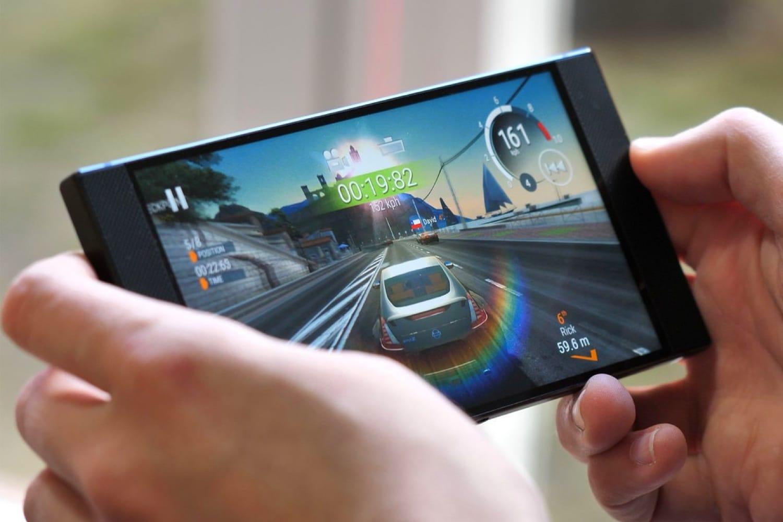 Мобилният отдел на ASUS активно работи върху нов фирмен смартфон